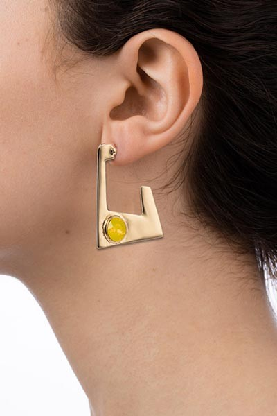 Lookbook Geo earrings gold yellow model